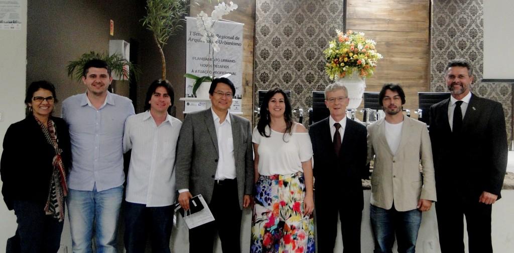 Representantes das entidades IAB-SC, AREA-TB e CAU/SC ao lado palestrante Kazuo Nakano.