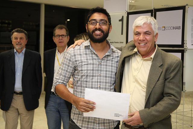 Participante recebe diploma de Gilson Paranhos, presidente da CODHAB. Fonte: Agência Brasília.