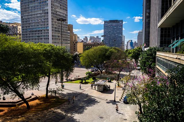 Vale do Anhangabaú, no centro de São Paulo, com o prédio que sedia o CAU/SP ao fundo à esquerda. Imagem: Deni Williams/FlickrCC.